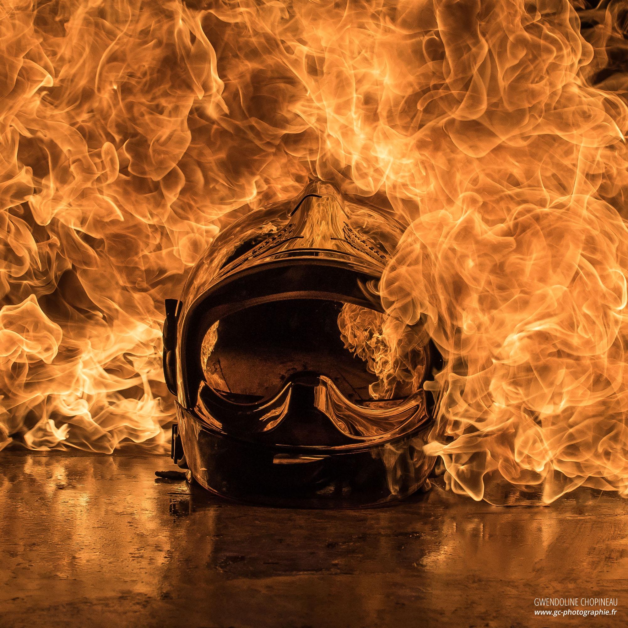 Casque de sapeur pompier enflammé